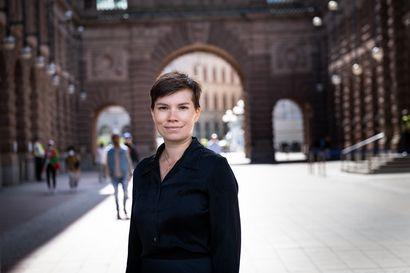 """""""Maailman rakkain paikka on Suomessa"""" – Ympäristöpuolueen johtoon pyrkivä Annika Hirvonen voi olla ensimmäinen suomenkielinen puoluejohtaja Ruotsissa"""