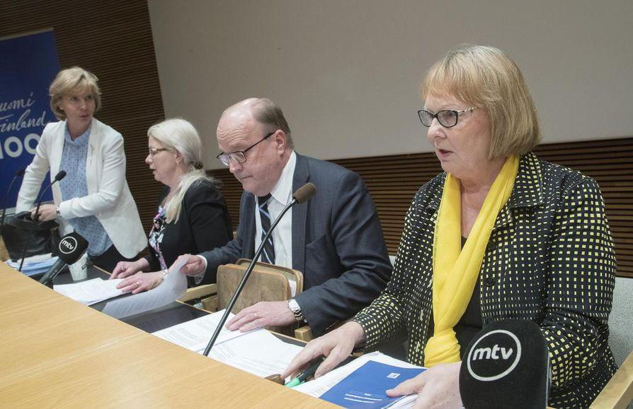 Eduskunnan perustuslakivaliokunta on varautunut istumaan maanantaina pitkään. Arkistokuvassa Anna-Maja Henriksson (kuvassa vas.), Leena Meri, varapuheenjohtaja Tapani Tölli ja puheenjohtaja Annika Lapintie.