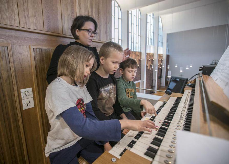Remu Jylhä, Oiva Tanhuala ja Eeli Järvirinne säestävät Ukkosmyrsky-laulu. Urkuopettaja, kirkkomuusikko Emilia Soranta on koko ajan tukena.