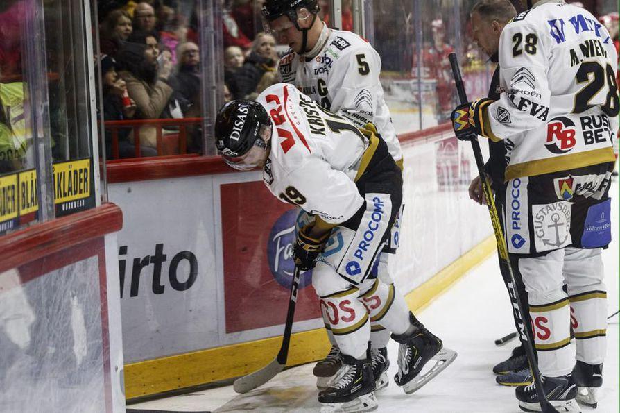 Kärppien kapteeni Lasse Kukkonen avittaa Michal Kristofin pois jäältä. Slovakisentteri loukkaantui, kun hän vastaanotti Micke-Max Åstenin taklauksen huonossa tasapainossa.