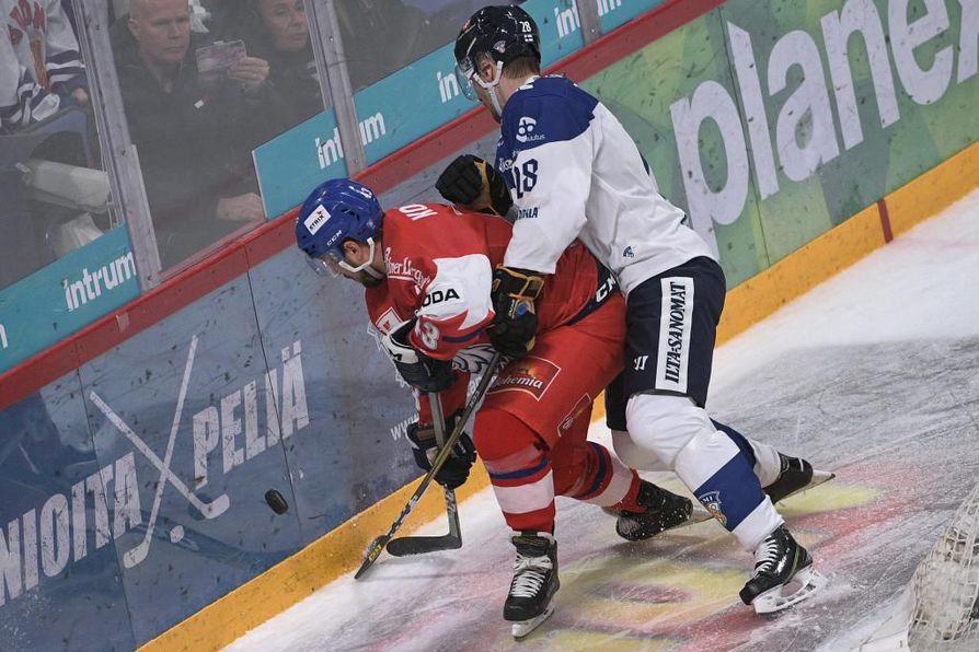Mikko Niemelä yrittää pitää aisoissa Tshekin tähtipelaajaa Jan Kovaria.