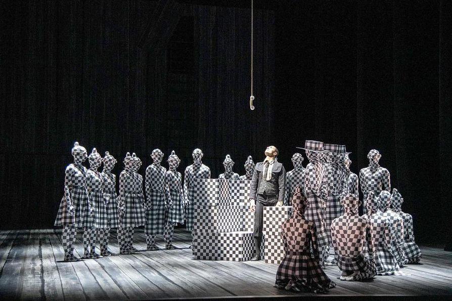 Oikeusjuttu-teoksessa on mukana koko Ruotsin kuninkaallisen oopperan baletti. Pukusuunnittelusta vastaa Nadina Cojocaru ja lavastuksesta koreografin kaksosveli Otto Bubenícek.