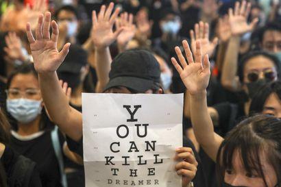 Hongkongissa mielenosoitukset lähtivät uusille kierroksille 18-vuotiaan opiskelijan jouduttua ammutuksi