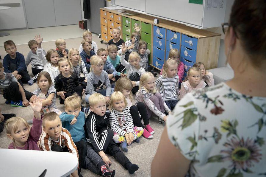 Ojanperän koulussa Limingassa oppilaat vastaavat opettaja Laura Haipuksen esittämiin kysymyksiin juuri kuullusta tarinasta kaniperheestä. Joustavassa alkuopetuksessa samassa ryhmässä on eri-ikäisiä oppilaita.