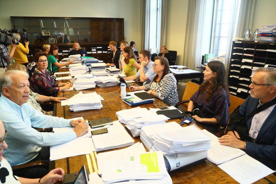 Sosiaali- ja terveysvaliokunta kokoontui maanantaina jatkamaan sote-uudistuksen käsittelyä. Ennen kesätaukoa valiokunnan ilmapiiri oli tulehtunut.