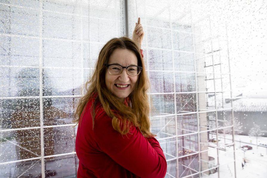 """Leena Vanhamäki naurahtaa, että hänen onnensa ovat karjalaiset juuret ja positiivinen asenne. Hän on työpaikkojen aurinkoinen: """"karjalainen nauraa, vaikka sydän märkänis""""."""