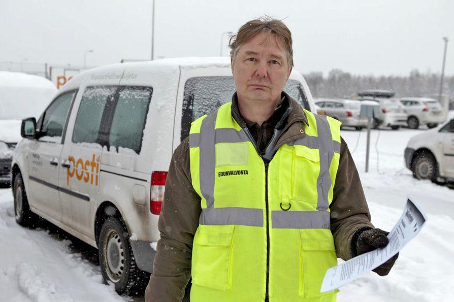 Postilaisten suurimman ammattijärjestön PAU:n pääluottamusmies Jyrki Sutinen vahti maanantaina aamulla Postin ison jakeluterminaalin parkkipaikalla, että töihin tulee vain lakon ulkopuolelle jätettyjä suojatöitä tekeviä. Tunnen kaikki, ketkä tänne tulevat, sanoo Sutinen.