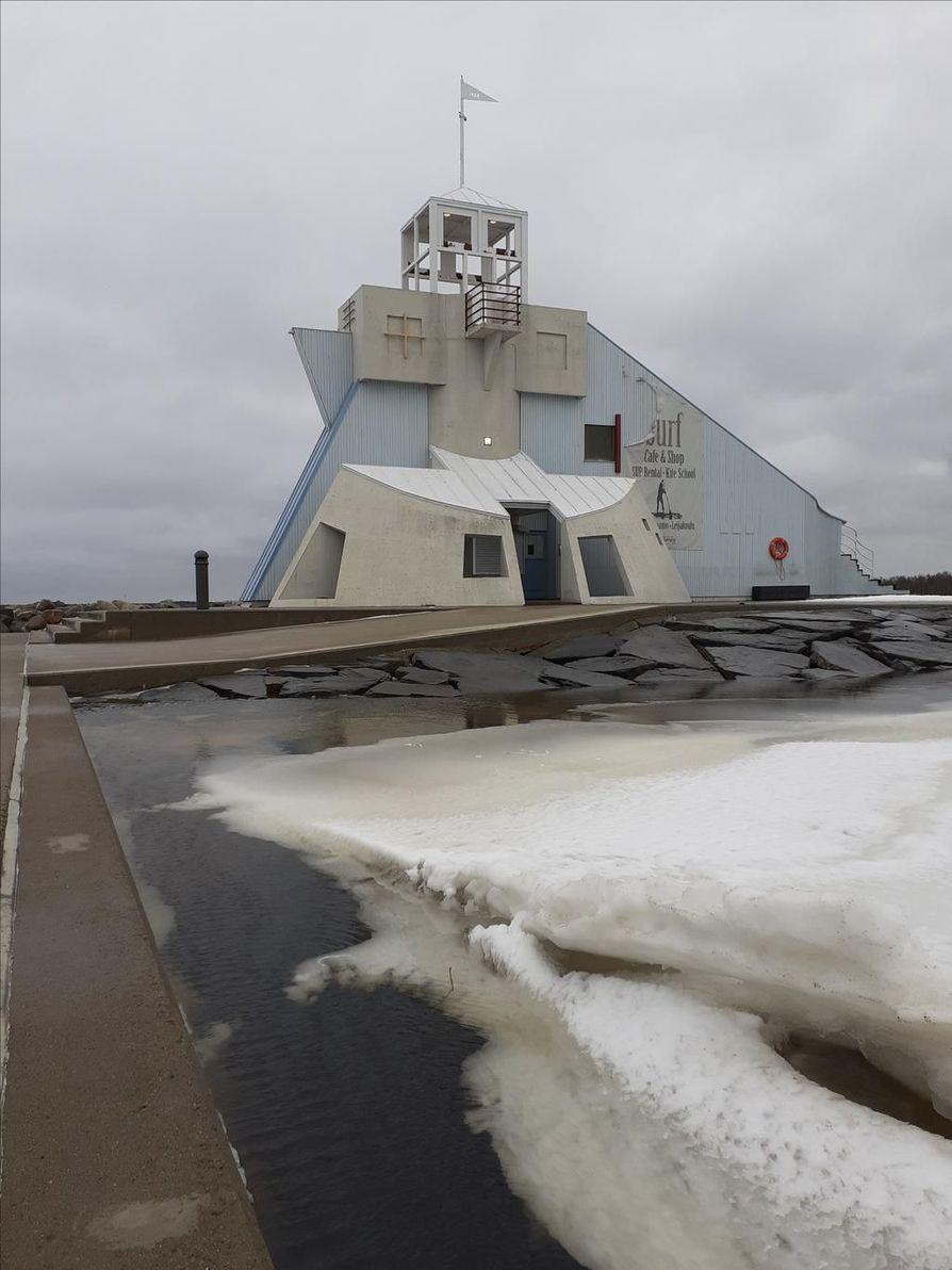 Lukija lähetti kuvan meriveden korkeudesta Oulun Nallikarissa.