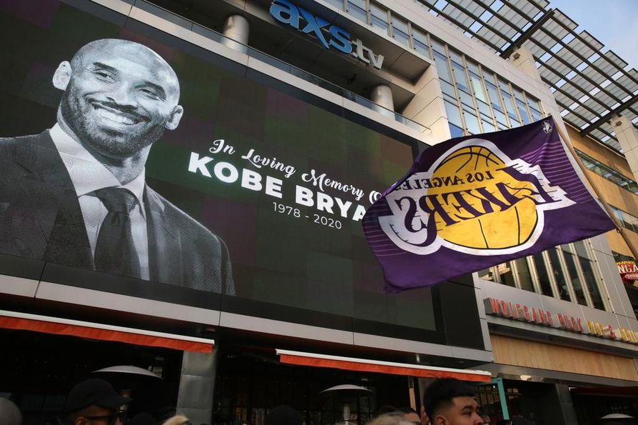 Kobe Bryantin kuolemaa muistettiin heti LA Lakersin kotiareenan läheisyydessä.