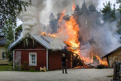 Varastorakennus roihahti tuleen Kemissä – 60 neliön rakennus tuhoutui täysin
