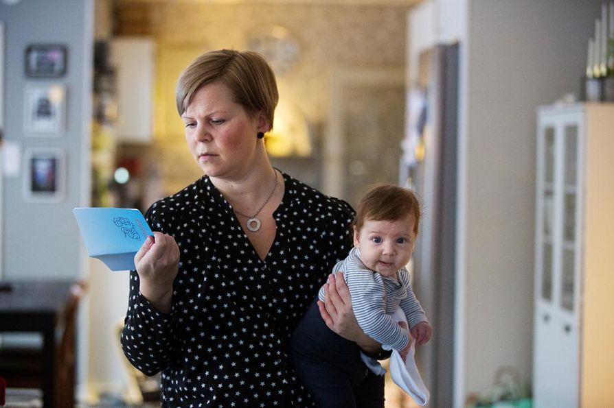Pietarsaarelainen Mia Björkgård tarkistaa neuvolakortista, että hänen poikansa Atte Björkgård on saanut niin sanottua viitosrokotetta ja rotavirusrokotetta. Viitosrokote suojaa kurkkumädältä, jäykkäkouristukselta, hinkuyskältä, poliolta ja hemofilustaudeilta.