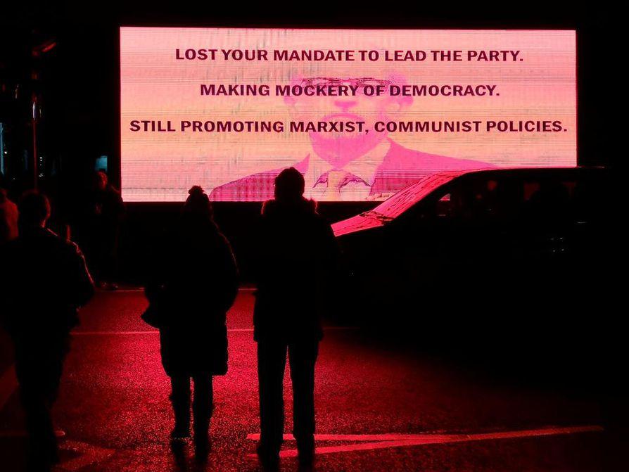 Julistusteksti antoi työväenpuolueen johtajan Jeremy Corbynin kuulla kunniansa. Britannian ongelmat pantiin vaalit hävinneen poliitikon piikkiin.
