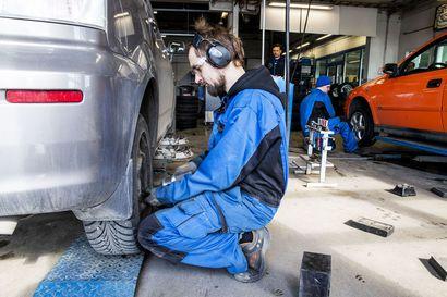 """Yhä harvempi vaihtaa renkaat itse – tänä keväänä renkaanvaihtokausi on tavallista pidempi: """" Renkaita vaihdetaan todennäköisesti vielä toukokuun puolivälissä"""""""
