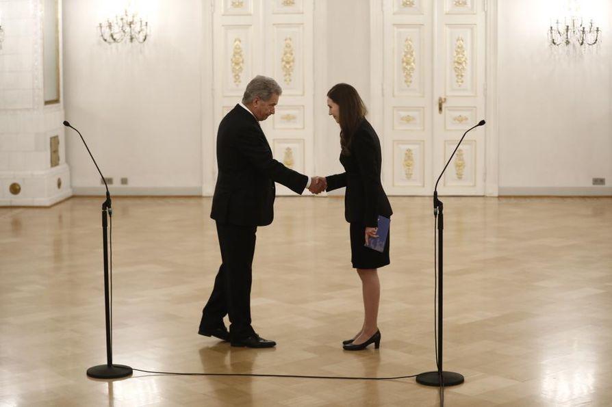 Tasavallan presidentti Sauli Niinistö (vasemmalla) ja uusi pääministeri Sanna Marin (sd.) kättelivät uuden hallituksen ja presidentin tapaamisessa.