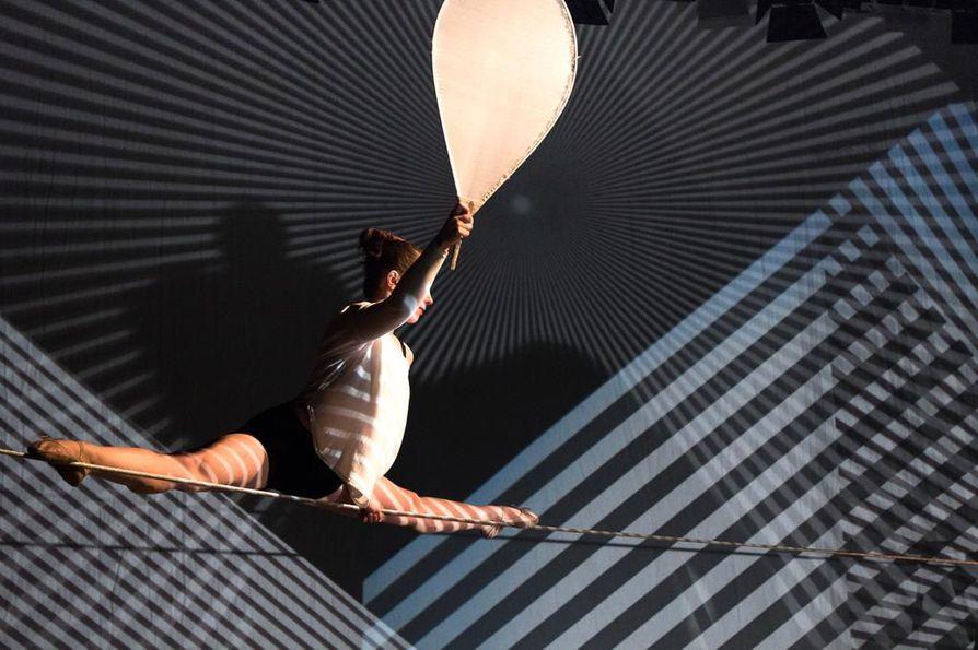Ryhmä WHS:n ja Flow-sirkuksen tuottaman esityksen graafinen maailma syntyy vanhojen piirtoheittimien avulla. Kuvassa nuorallatanssija Mira Ravald.