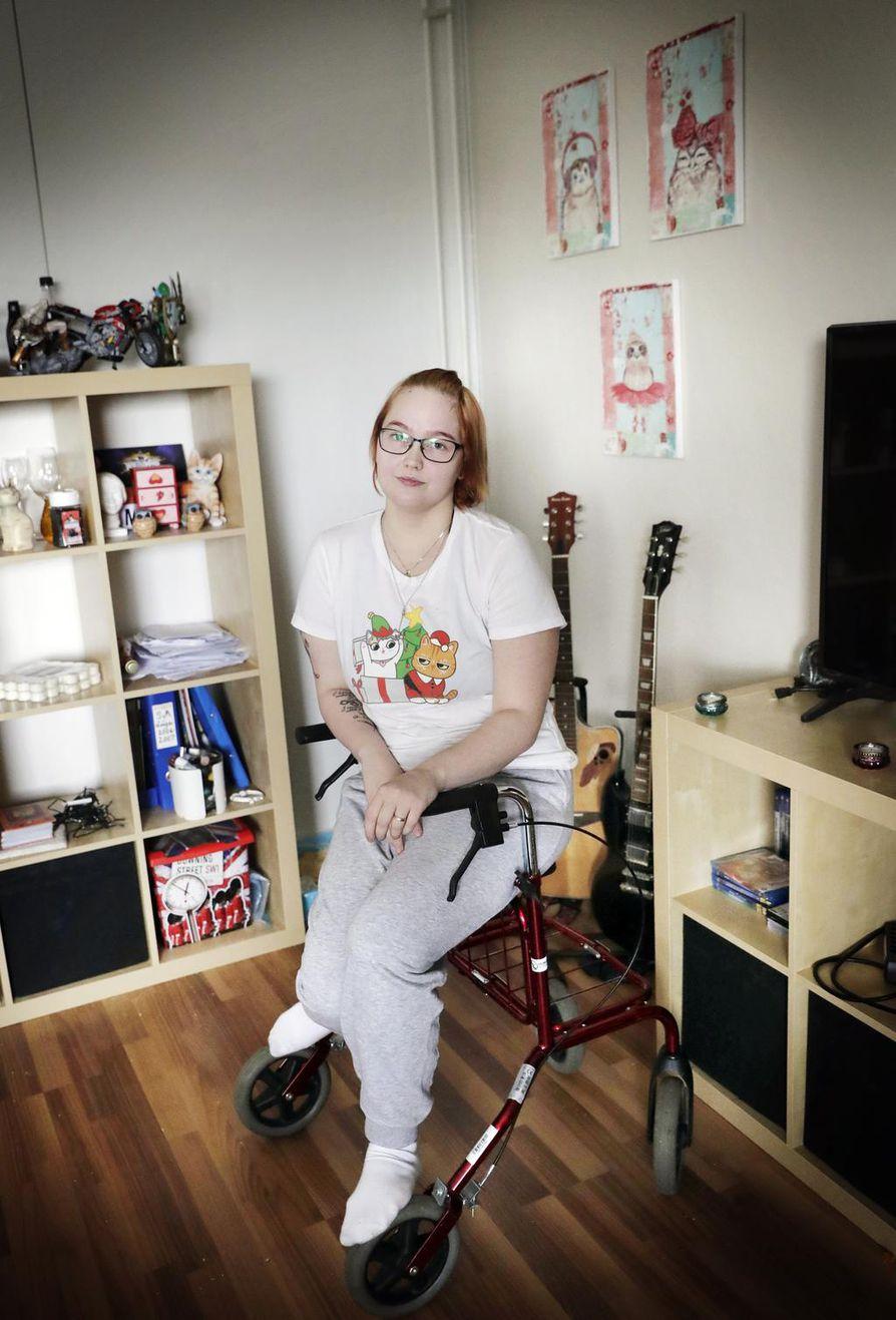 Rollaattorista on tullut Julia Mattilalle tärkeä liikkumisen apuväline pyörätuolin ohella.