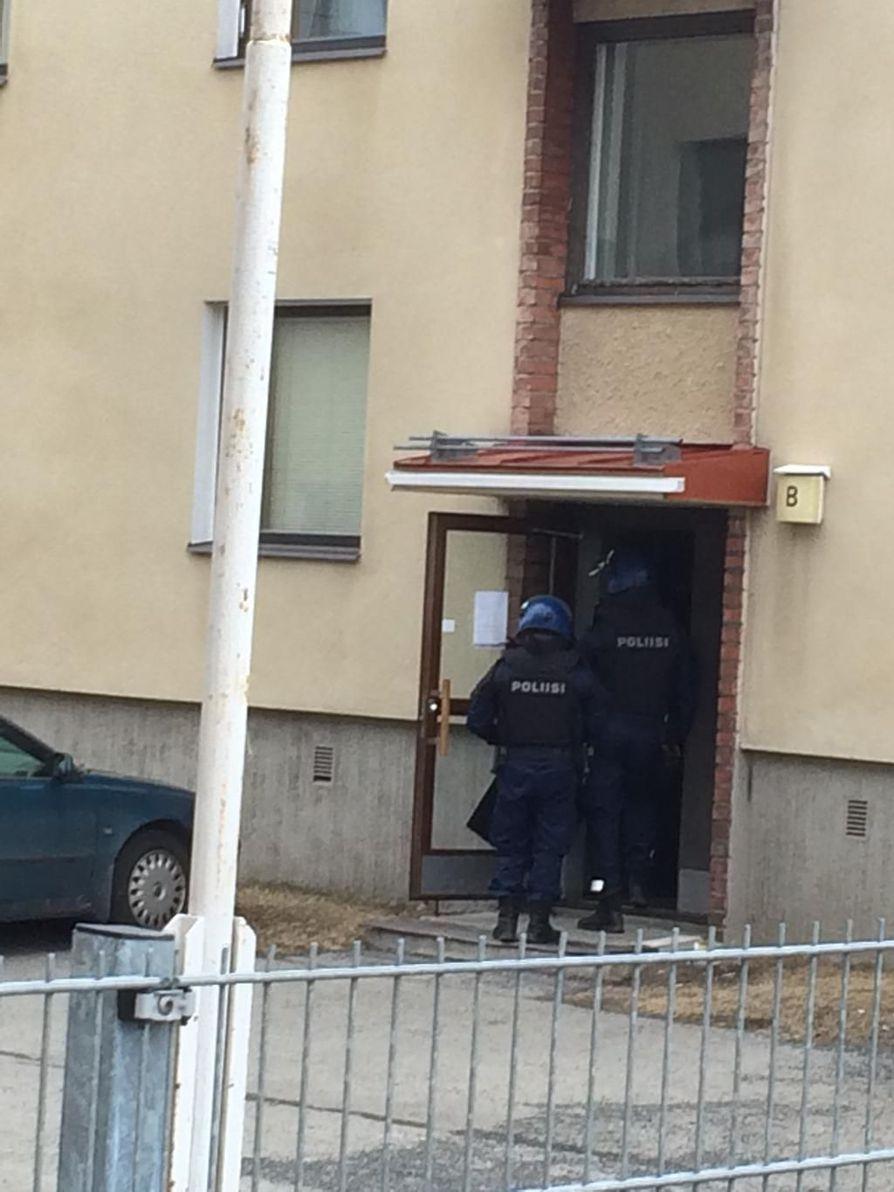 Oulun Heinäpäässä Isollakadulla oli käynnissä poliisioperaatio kerrostalon luona.