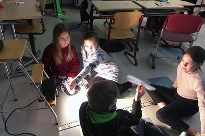 """Lakarin koululaiset rakentelivat tuulimyllyjä, tuulettimia ja hyppiviä autoja – """"Opin sen, miten moottori muodostaa liikkeestä sähköä"""", Eeli kertoo"""
