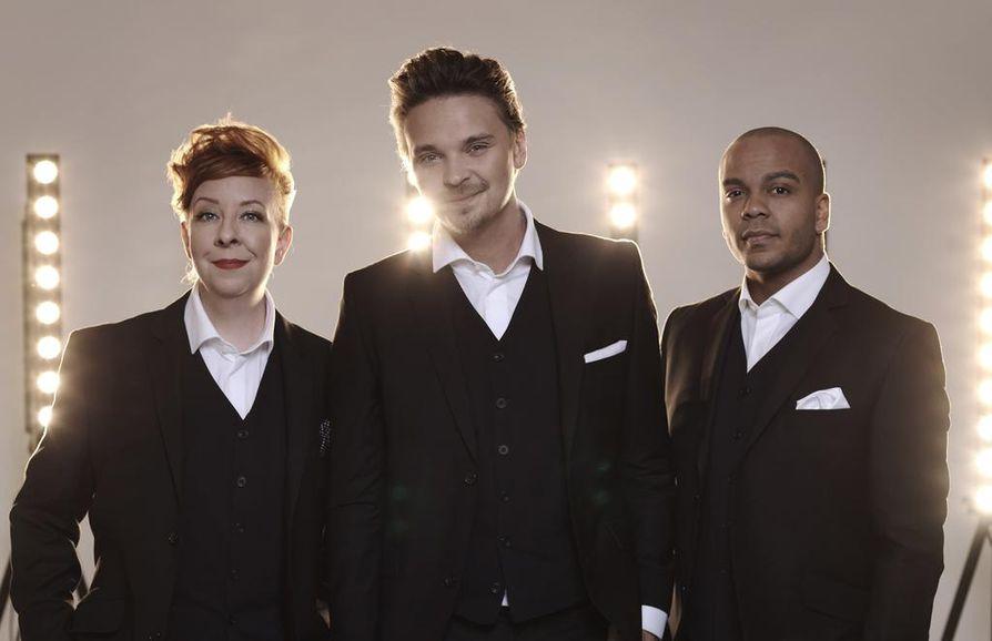 Jenni Kokanderin, Roope Salmisen ja Ernest Lawsonin juontaman Huuman ensimmäinen livelähetys nähdään tänä iltana televisiossa.