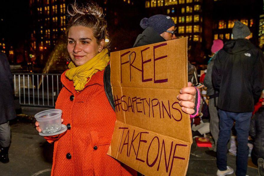 Mielenosoittaja jakoi hakaneuloja New Yorkissa perjantaina.