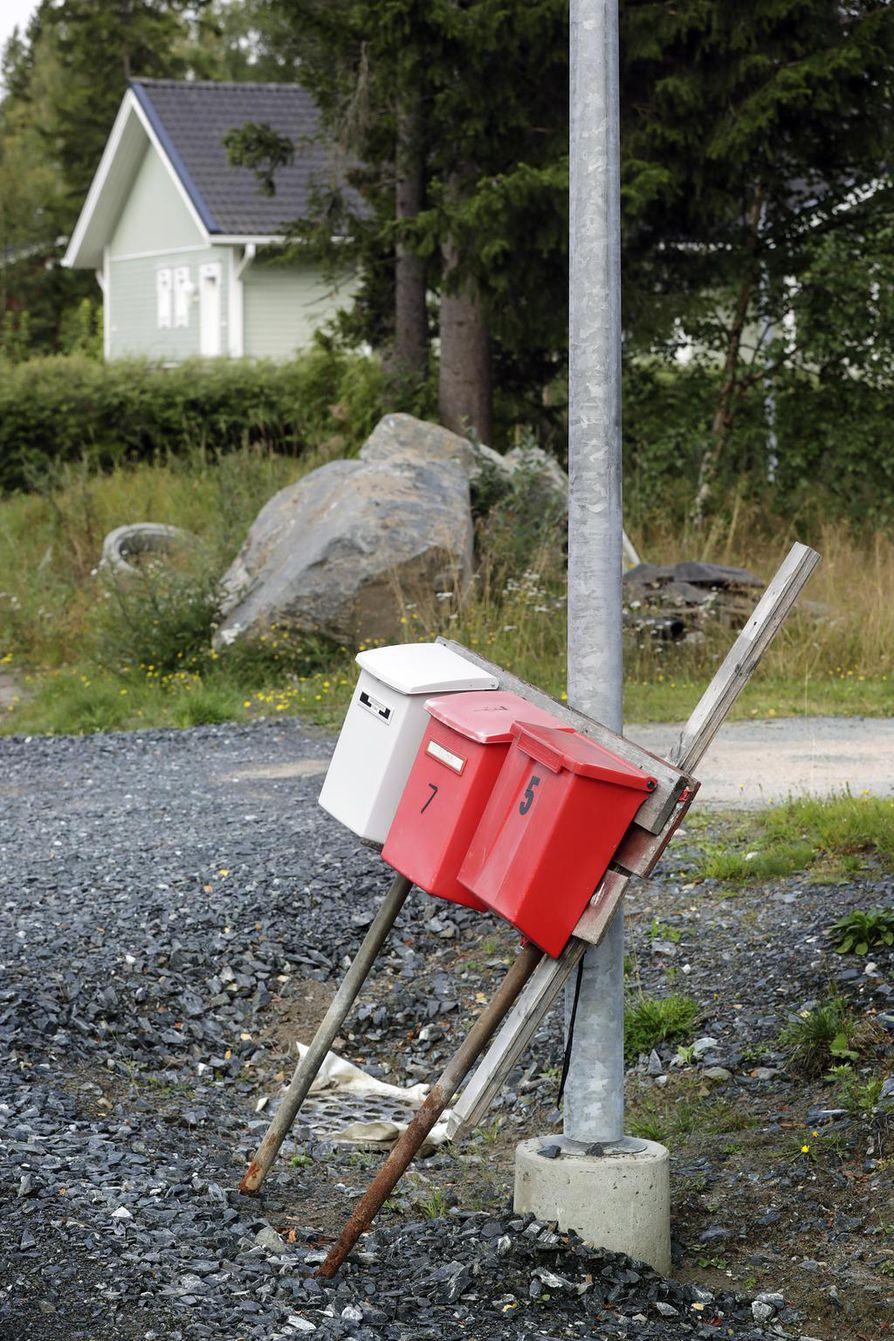 Asukkaiden mukaan johonkin nojailevat postiluukut ovat urakka alueella tavallinen näky.