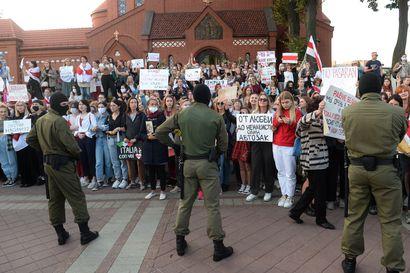 Yli 100000 protestoijaa uhkaa Minskissä poliisin entistä kovempia otteita – Yli sata pidätetty, kaduilla panssariautoja, vesitykkejä ja piikkilankaa