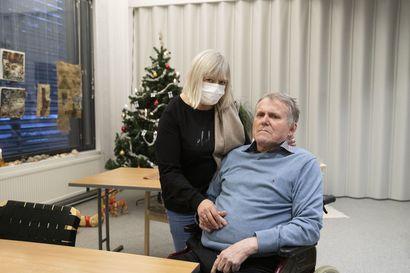 """Korona muutti 45 vuotta naimisissa olleen oululaispariskunnan arjen, mutta hoivakoti saa toiminnastaan kiitosta – """"Onneksi on neljä lastenlasta, he tuovat joulun"""""""