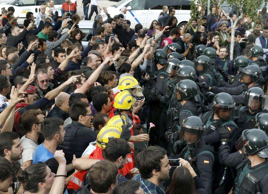 Espanjan poliisi ja äänestäjät ottivat yhteen Barcelonassa.