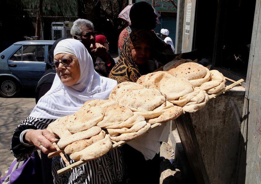 Egyptin suurkaupungeissa asiakas on kuningas: Kairossa kotiovelle voi tilata ruokaa sadoista ravintoloista. Myös kosmetologin palvelut ja laskun maksaminen on mahdollista tilata tapahtuvaksi omassa olohuoneessa. Kuvan kairolainen nainen kuljettaa hieman vaatimattomampaa palvelua, valtion tukihinnoittelemaa leipää.