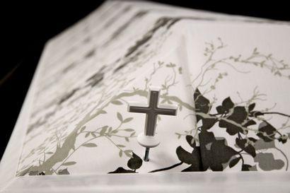 Reserviläisyhdistys tarttui haasteeseen, kantoapua hautajaisiin joissa ei ole riittävästi arkunkantajia