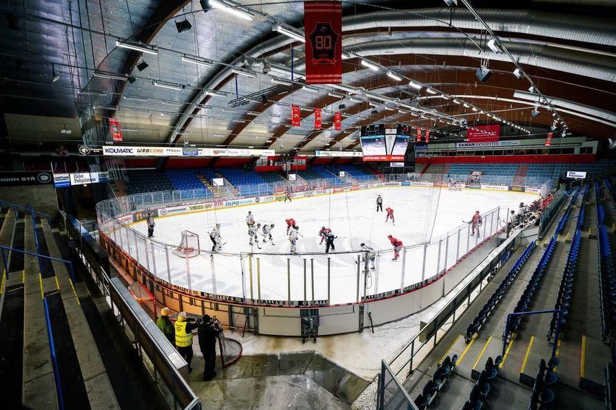 Vaasan Sport ja Kärpät pelasivat torstaina jääkiekkoliigan ottelun tyhjyyttään kumisevassa Kuparisaaren jäähallissa.