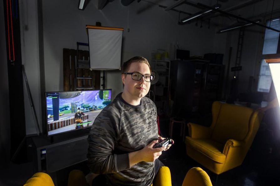 """Kuusi vuotta sitten oman Youtube-kanavan avannut Roponen eli Mikael Vuori käyttää jokaisen videon tekemiseen useamman tunnin. """"Ensin pelaan pari tuntia jonka kuvaan, jonka jälkeen alkaa vähintään yhtä pitkä editointi. 7–10 minuutin videon takana on yleensä noin kuusi tuntia töitä."""""""