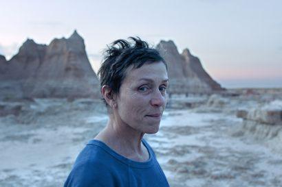 Arvio: Nainen kulkurina elämän valtatiellä – Nomadland on tutustumisen arvoinen ikkuna harvoin nähtyyn todellisuuteen