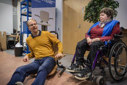 """Polion sairastanut Salme Niemi putosi lattialle ja sai siitä mahtavan idean – hänen keksimänsä tuoli voi toimia nostimena: """"Tuli tosi turvallinen olo, kun tiesin, että minulla ei ole mitään hätää vaikka putoaisin"""""""