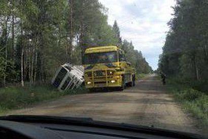 Kuorma-auto kellahti ojaan keskiviikkona Mankilantiellä – pehmeä tien reuna petti auton alla