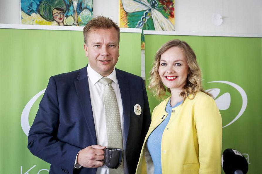 Keskustan uusi puheenjohtaja on joko puolustusministeri Antti Kaikkonen, 45, tai elinkeinoministeri Katri Kulmuni, 32. Ylimääräinen puoluekokous Kouvolassa tekee tänään valinnan, mutta huomenna puolueella on edessään samat vaikeudet kuin eilenkin.