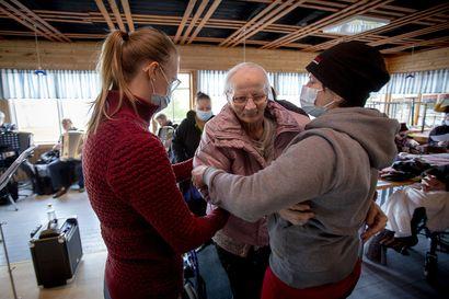 Fantastinen vanhustenviikko: Aunekin nousi pyörätuolista tanssimaan