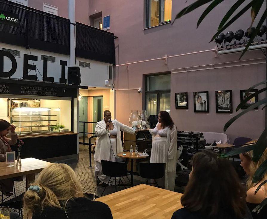 Videonäytöksen jälkeen keskusteluita jatkettiin vielä hetki Valveen kahvilan tiloissa.