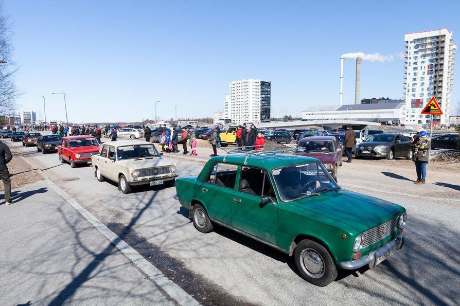 Vanhoilla autoilla ajettiin vappupäivänä.