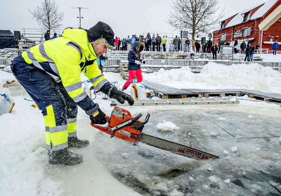 Seppo Mäkinen sahasi avantoa Oulun Torinrannassa tiistaina iltapäivällä, jotta Polar Bear Pitchingin semifinaali saatiin käyntiin.