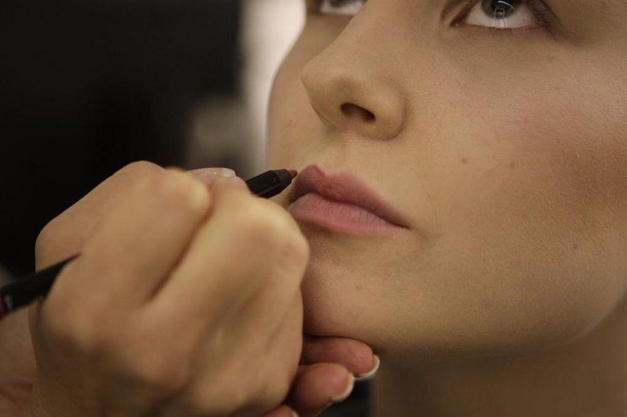 1. Tee huulten rajaus pienissä pätkissä ja pidä huulet rentoina. Aukaise jossain vaiheessa vähän suuta, jotta saat rajauksen vietyä pidemmälle.