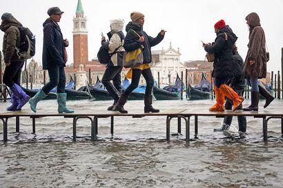 """Ennätyksellisen korkea tulvavesi valtasi Venetsian – Pormestari julisti kaupunkiin hätätilan: """"Tämä on seurausta ilmastonmuutoksesta"""""""