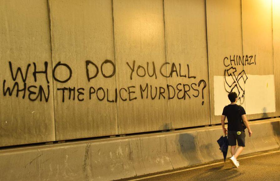 Graffitissa poliiseja syytetään murhaajiksi. Kukaan ei ole vielä kuollut yli kolme kuukautta jatkuneissa levottomuuksissa.