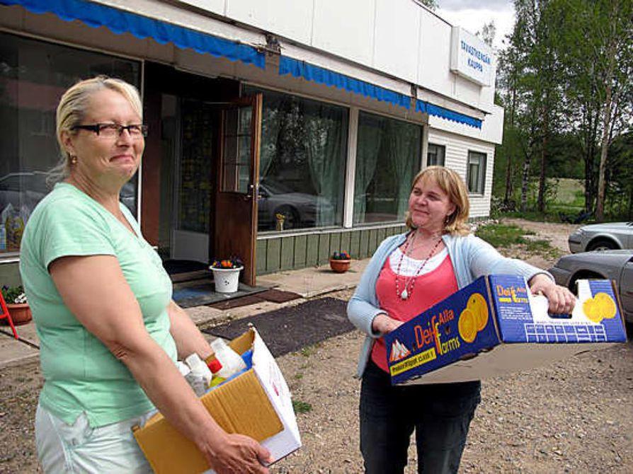 Leila Sandberg (vas.) ja Ulla Piippo täyttävät maanantaina avautuvaa kauppaa tavaroilla.