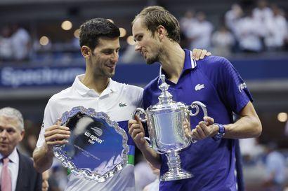 Daniil Medvedev rusikoi Novak Djokovicin saumat historiaan kolmessa erässä