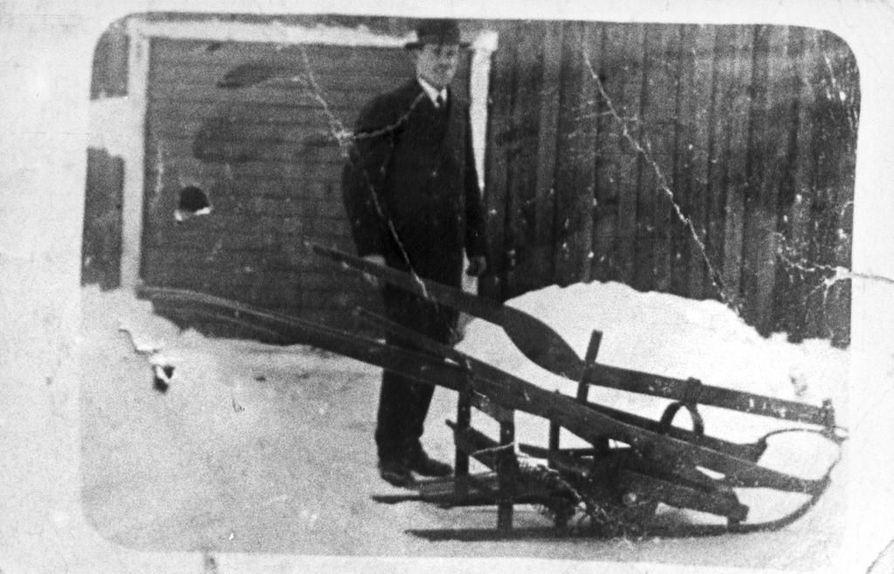 Rovaniemeläinen Oskari Pohjola keksi tiettävästi Suomen ensimmäisen moottorikäyttöisen lumikulkuneuvon vuonna 1920. Hän asensi vesikelkkaan moottoripyörän moottorin, joka pyöritti kelkan alla olevaa vetoratasta.