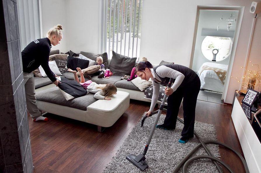 Kotitalousvähennystä voi saada kotona tai vapaa-ajan asunnolla teetetystä kotitaloustyöstä, esimerkiksi siivouksesta tai asunnon remontoinnista. Arkistokuva.