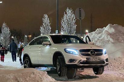 """Lukijan kuva: Oikotie marketin parkkipaikalta Oulussa ei kannattanut – """"Auto oli kuin golfpallo tiin nokassa"""""""
