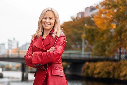 Marjo Riihimäki johtaa Lapin sotilassoittokunnan Mielenmaisemia-konsertin, jossa liikutaan toivosta iloon ja epätoivoon