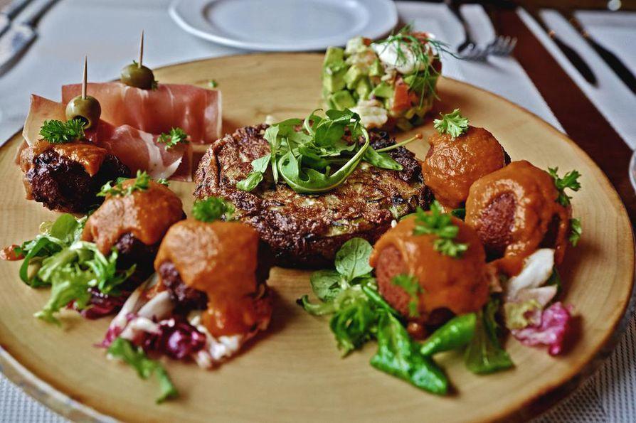 La Vida satsaa myös silmänruokaan. Tapakset tarjoillaan yhdellä suurella lautasella, joka on kuin taideteos.